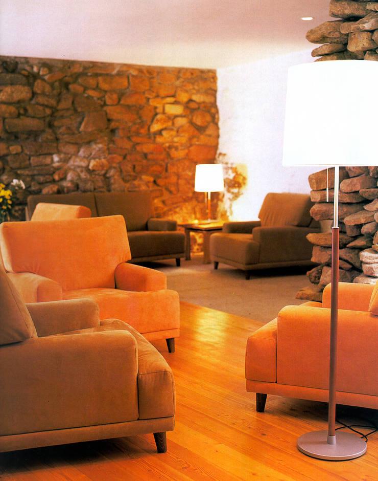 """Turismo rural """"Casa de Santa Cruz"""" em Trás-os-Montes: Salas de estar  por Miguel Guedes arquitetos"""