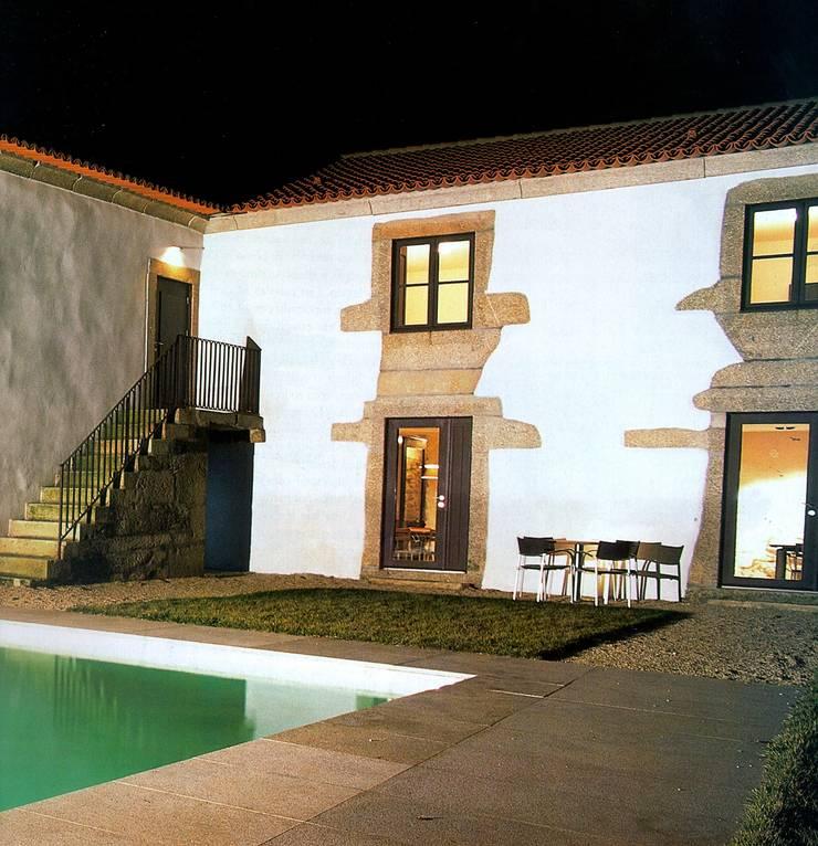 """Turismo rural """"Casa de Santa Cruz"""" em Trás-os-Montes: Piscinas  por Miguel Guedes arquitetos"""