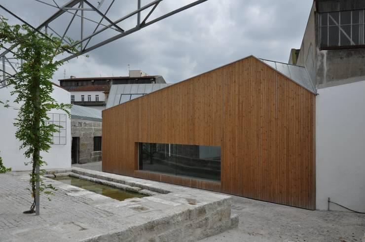 Casa da Memória em Guimarães: Casas  por Miguel Guedes arquitetos