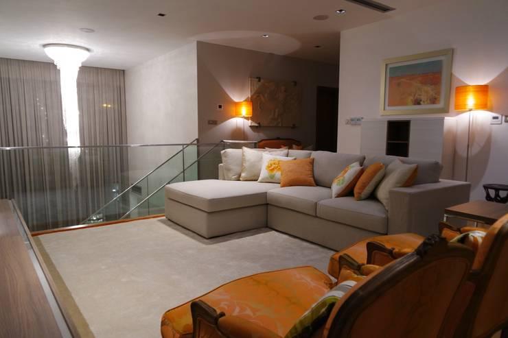Mezanine: Salas de estar  por Stoc Casa Interiores