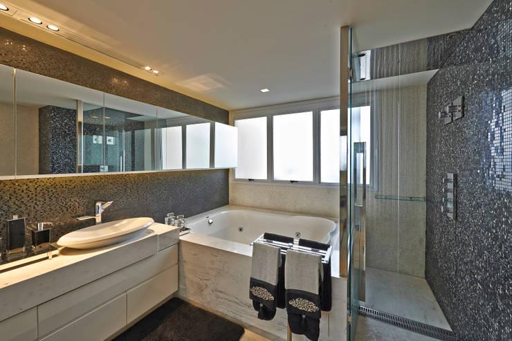 Cobertura V.L.S: Banheiros modernos por Bellini Arquitetura e Design