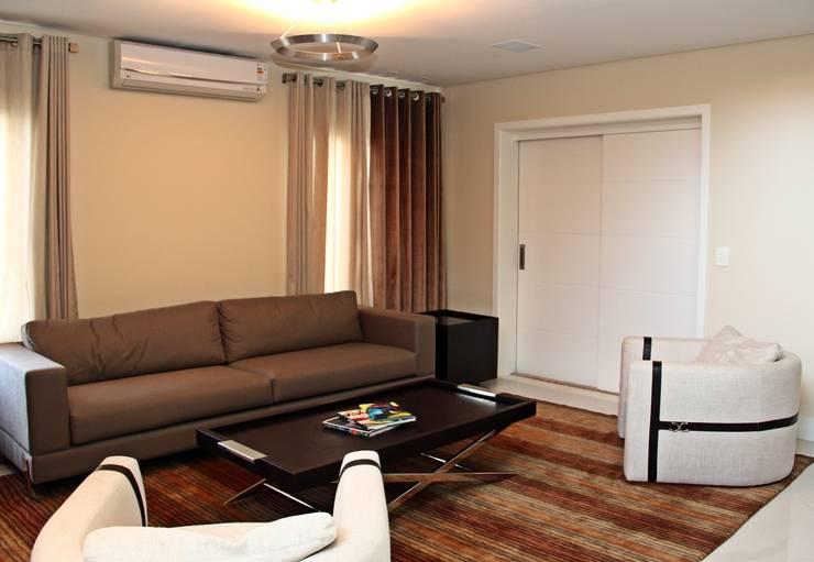 Living room by Angelica Pecego Arquitetura,