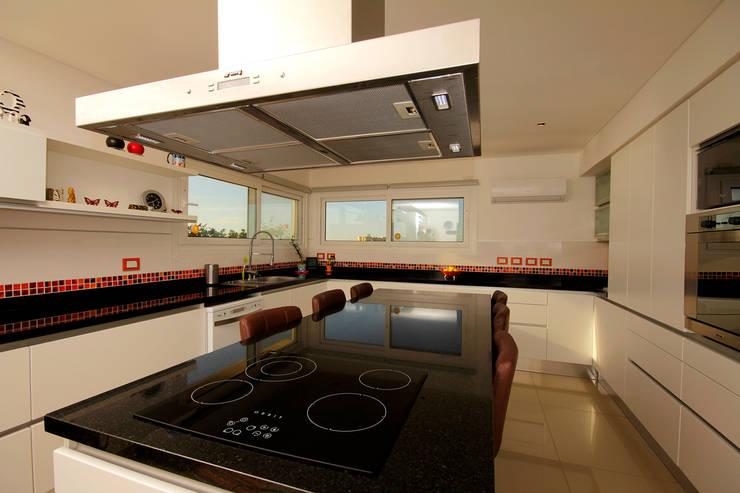 Casa MaLi: Cocinas de estilo  por MiD Arquitectura