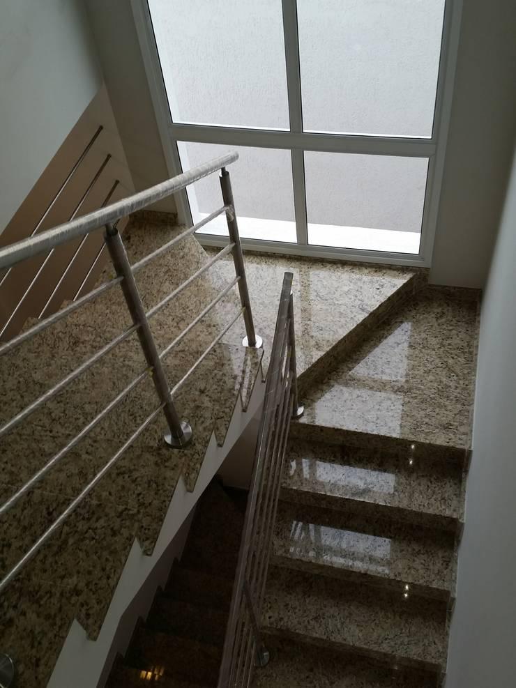 RJH: Corredores e halls de entrada  por Angelica Pecego Arquitetura,Eclético