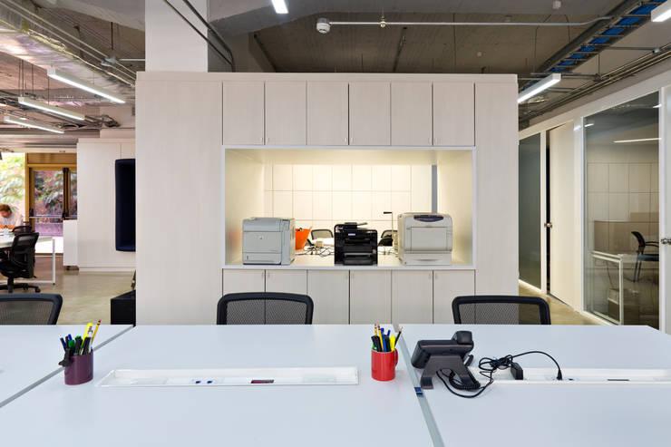 Nueva sede operativa PIZZOLANTE Estrategia + Comunicación : Oficinas de estilo  por CENTRAL ARQUITECTURA