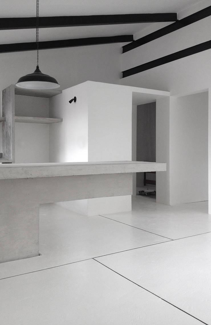 Apartamento Blanco y Negro: Comedores de estilo  por CENTRAL ARQUITECTURA