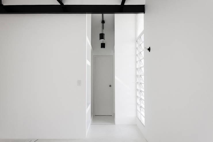 Apartamento Blanco y Negro: Cuartos de estilo  por CENTRAL ARQUITECTURA