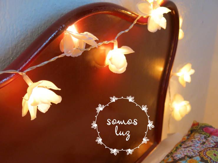flores handmade color crema: Dormitorios de estilo  por Somos Luz
