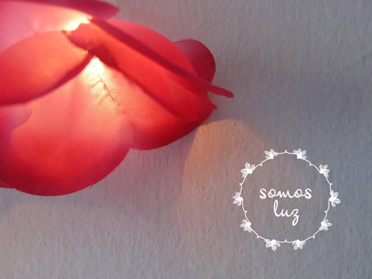 flores handmade fucsia: Dormitorios de estilo  por Somos Luz