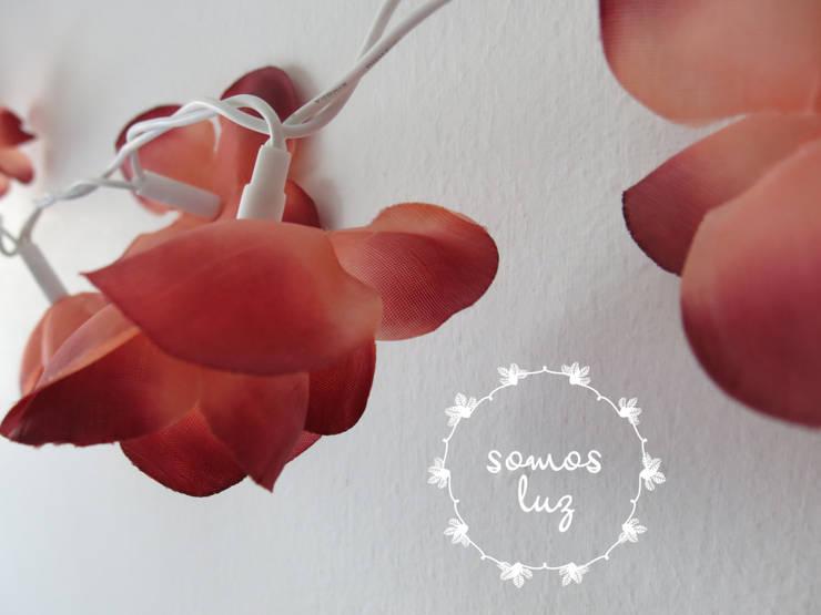 flores handmade granate: Dormitorios de estilo  por Somos Luz