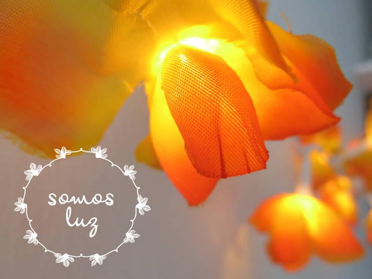 flores handmade naranjas: Dormitorios de estilo  por Somos Luz