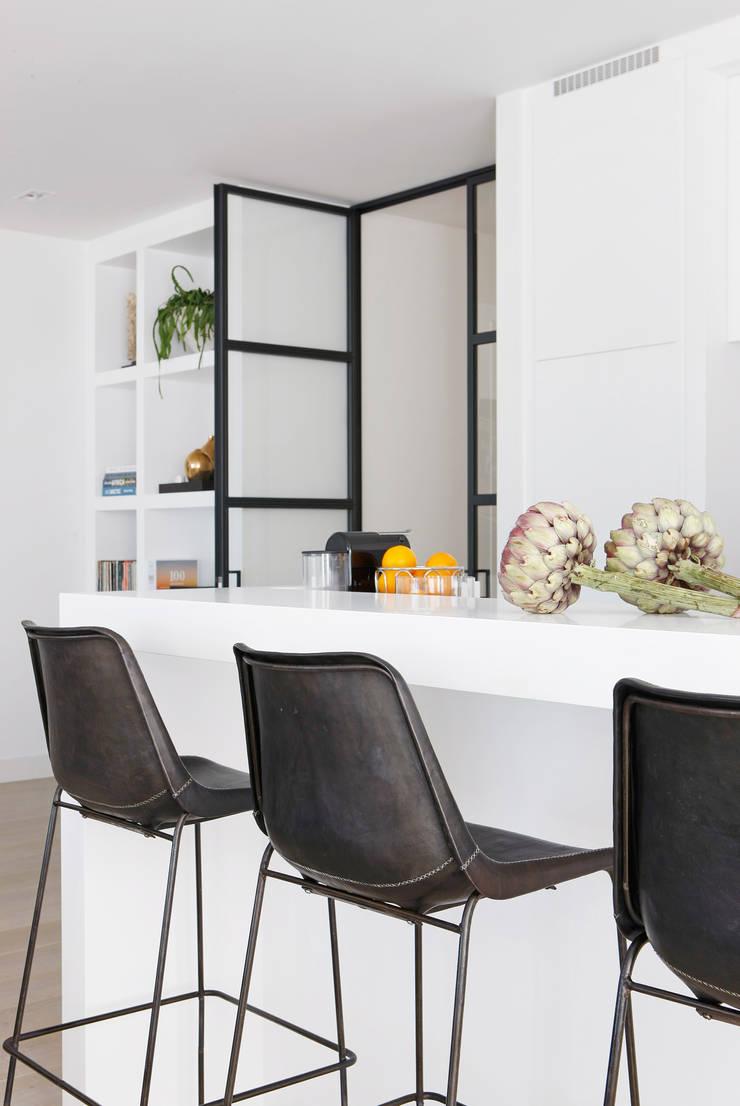 Appartement aan Zee:  Keuken door Grego Design Studio, Modern