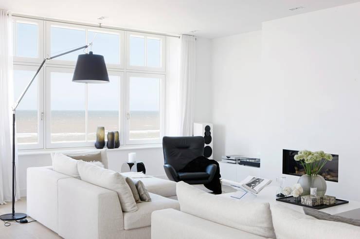Appartement aan Zee: moderne Woonkamer door Grego Design Studio