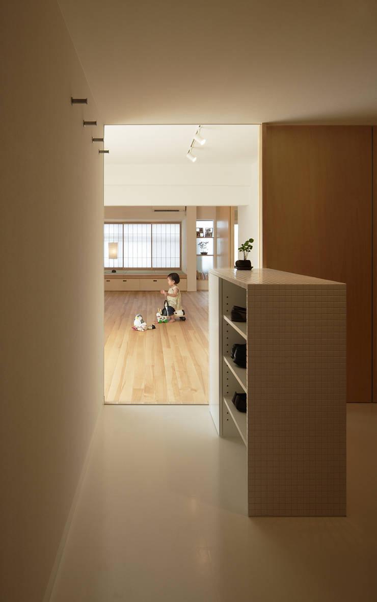 玄関ホールからリビング: カナタニ建築設計工房が手掛けたです。
