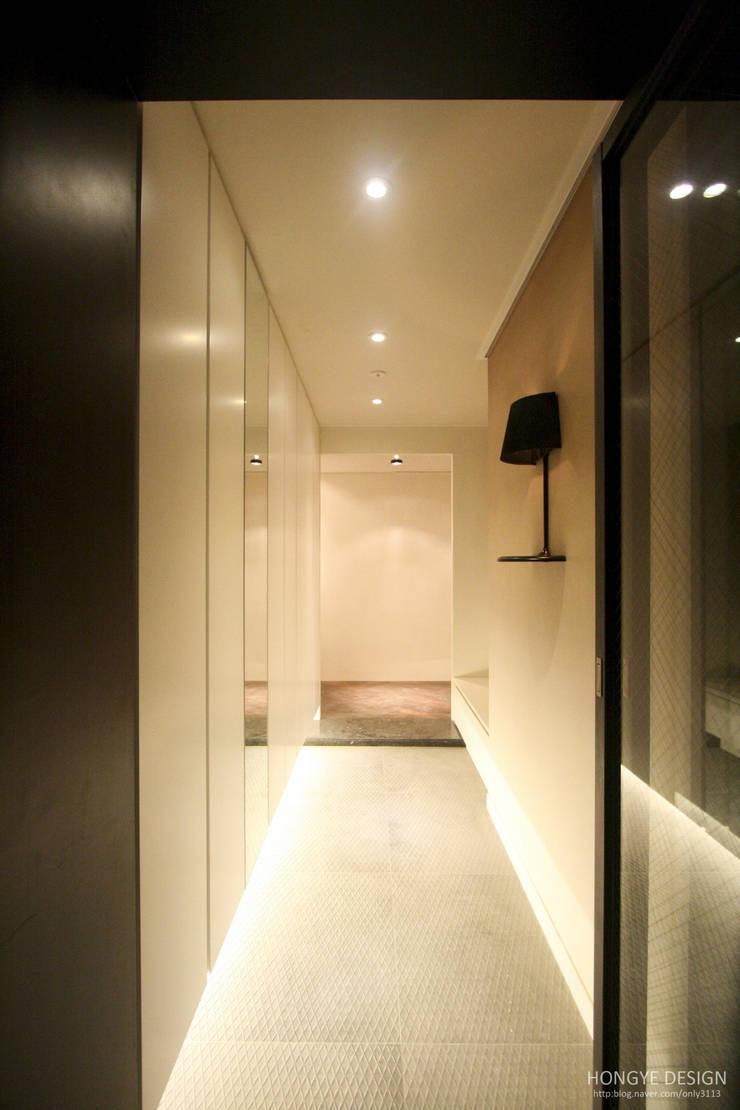 네 가족이 사는 심플모던스타일의 집_48py: 홍예디자인의  복도 & 현관