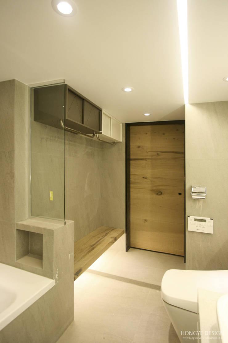 네 가족이 사는 심플모던스타일의 집_48py: 홍예디자인의  욕실
