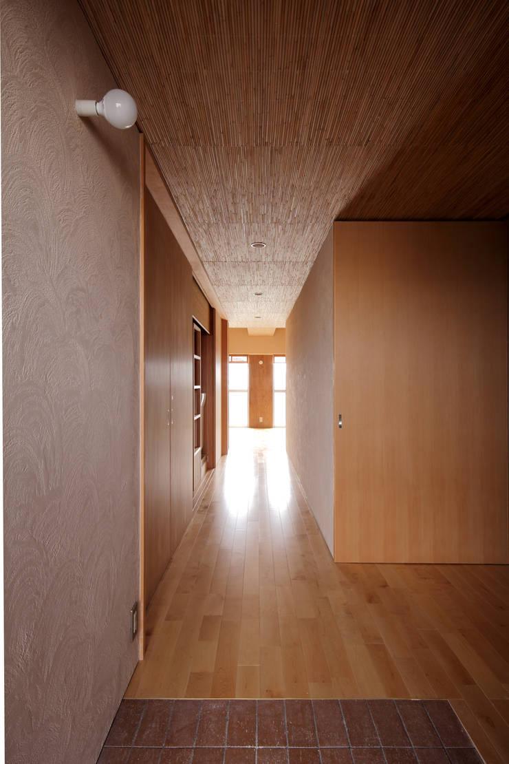 巽の家: ナオ デザイン&パートナーズ/NaO Design&Partnersが手掛けた廊下 & 玄関です。