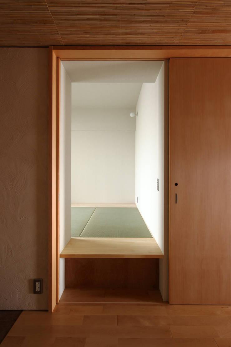 巽の家: ナオ デザイン&パートナーズ/NaO Design&Partnersが手掛けた寝室です。