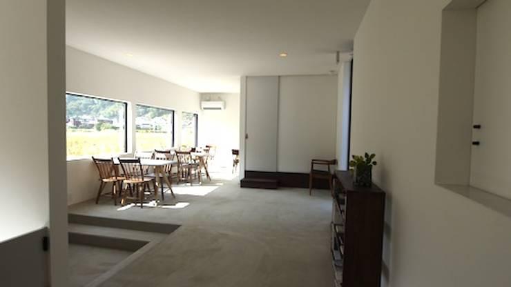 カウンター席より. モダンなレストラン の 宮城雅子建築設計事務所 miyagi masako architect design office , kodomocafe モダン