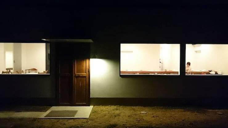 建物裏側. モダンなレストラン の 宮城雅子建築設計事務所 miyagi masako architect design office , kodomocafe モダン
