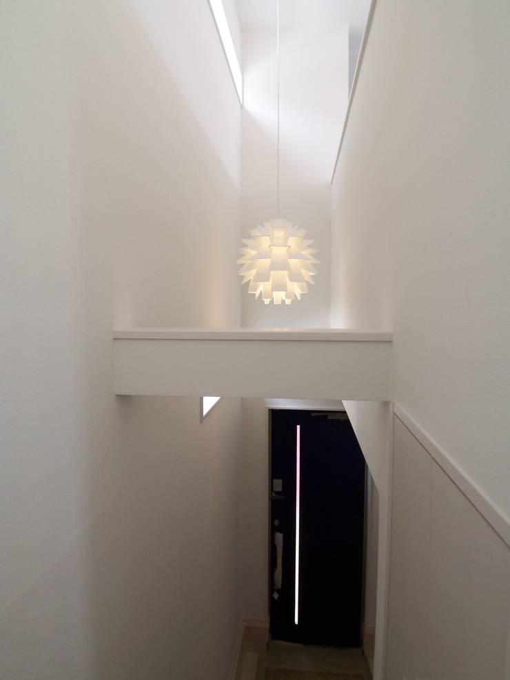 吹き抜け: モノマ建築設計事務所が手掛けた玄関&廊下&階段です。
