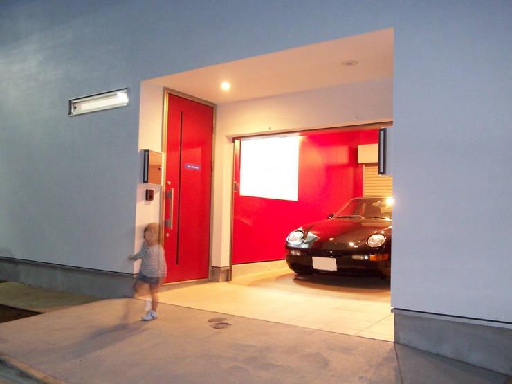 ガレージ、SOHO玄関: モノマ建築設計事務所が手掛けたガレージ&小屋です。