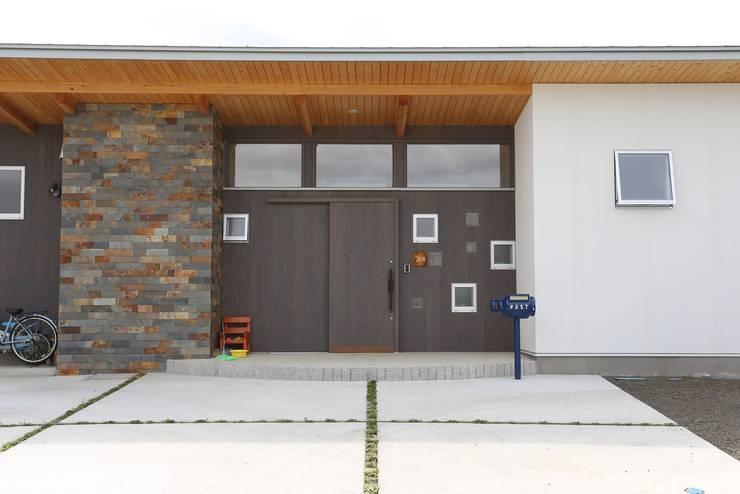 玄関・ポーチ: 遠藤知世吉・建築設計工房が手掛けた廊下 & 玄関です。,和風