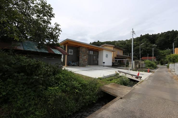 住まい周辺・北道路: 遠藤知世吉・建築設計工房が手掛けた家です。,和風