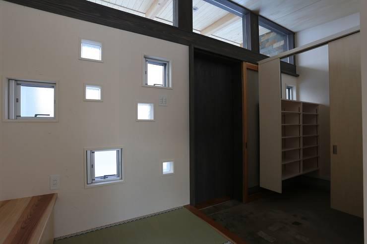 畳の玄関とクローク: 遠藤知世吉・建築設計工房が手掛けた廊下 & 玄関です。,和風