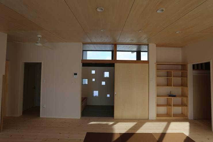 蛍の家: 遠藤知世吉・建築設計工房が手掛けた廊下 & 玄関です。,和風