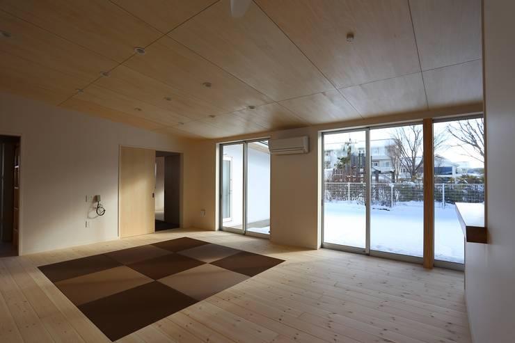 居間から庭を見る: 遠藤知世吉・建築設計工房が手掛けたリビングです。,和風