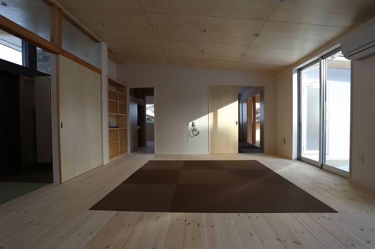 畳敷き居間: 遠藤知世吉・建築設計工房が手掛けたリビングです。,和風