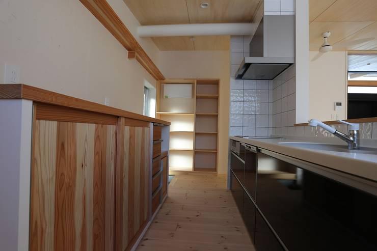 キッチンとパントリー: 遠藤知世吉・建築設計工房が手掛けたキッチンです。,和風