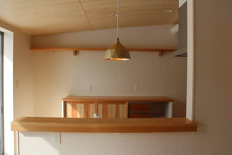 無垢材使用カウンターと食器棚: 遠藤知世吉・建築設計工房が手掛けたキッチンです。,和風