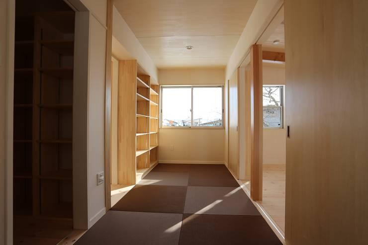 畳敷きのプレイルーム: 遠藤知世吉・建築設計工房が手掛けた和室です。,和風
