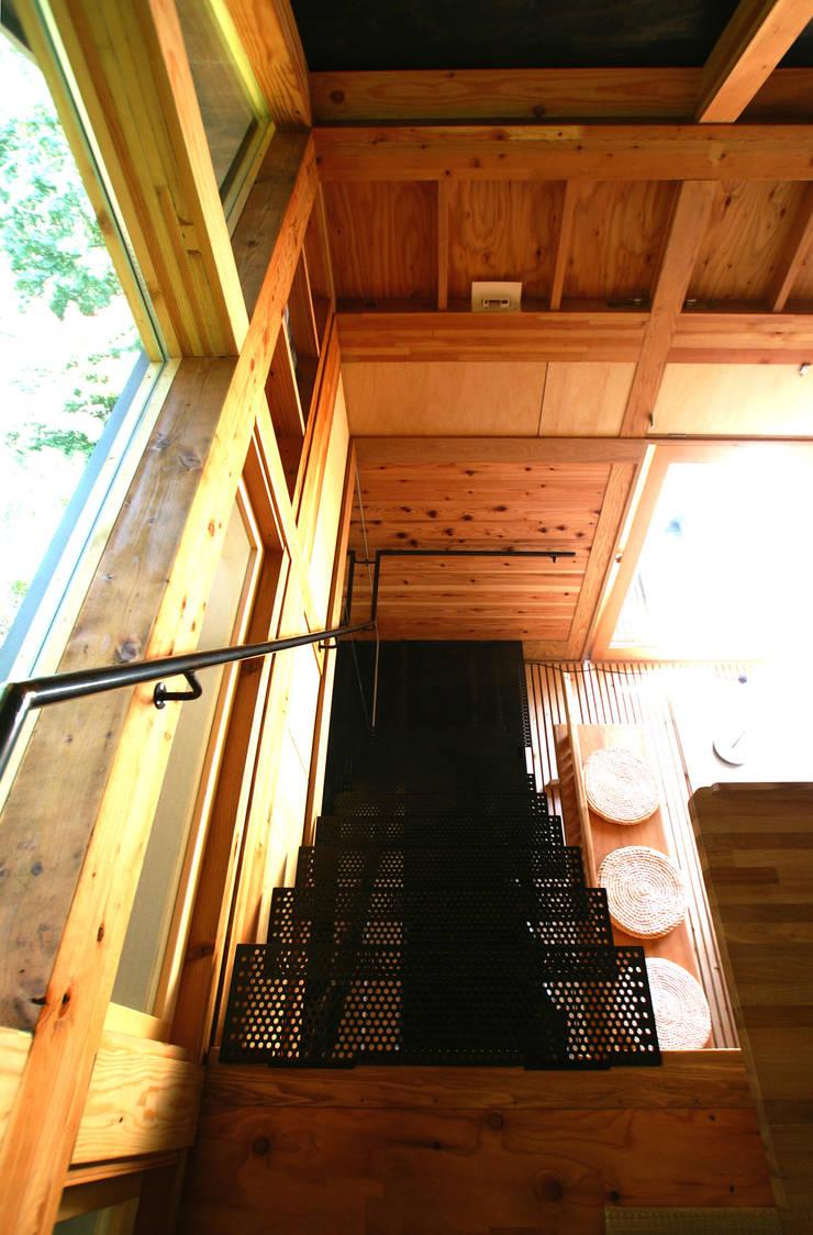 透ける階段: 樋口善信建築計画事務所が手掛けた壁です。