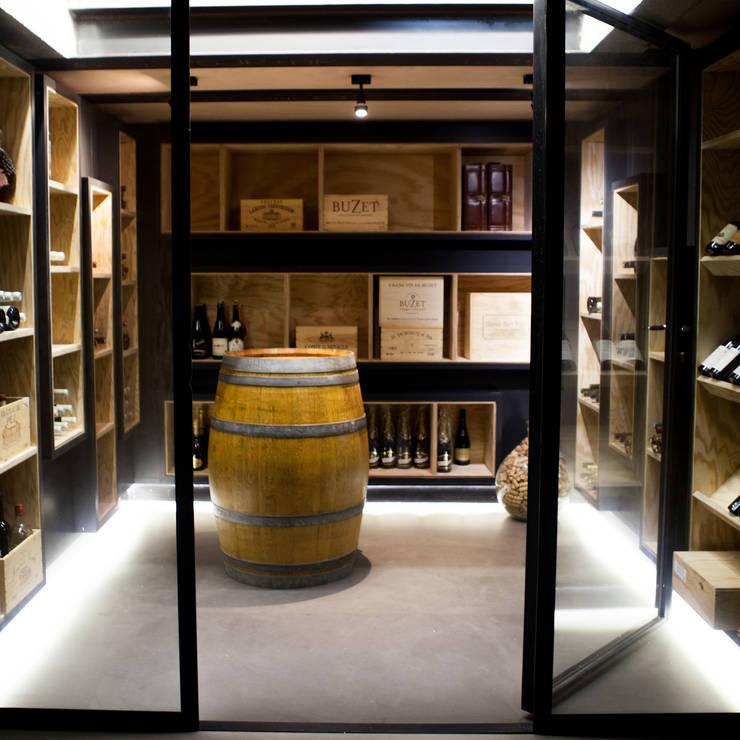 La cave depuis le rez de chaussé bas.: Cave à vin de style  par AM architecture