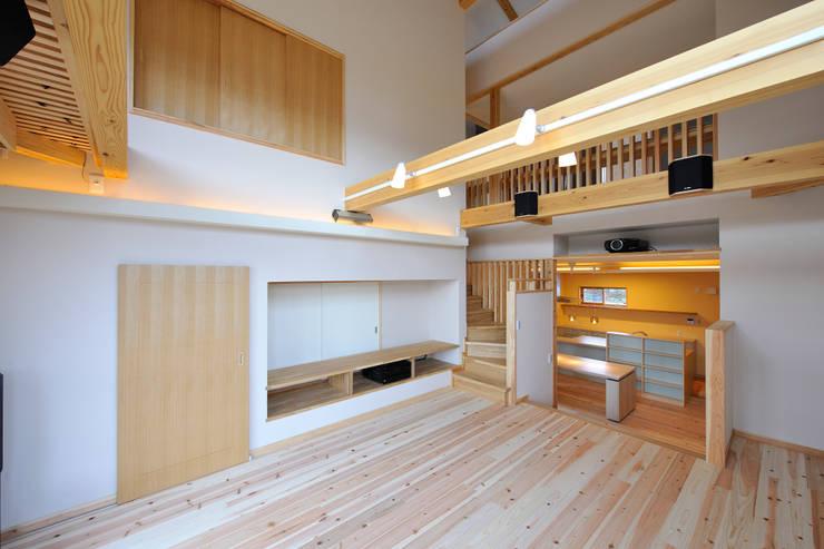 回遊性と高低差のある家 ~アクティブな住まい: 設計工房CRESSが手掛けたリビングです。