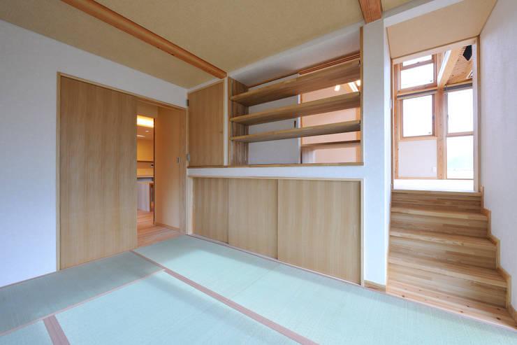 回遊性と高低差のある家 ~アクティブな住まい: 設計工房CRESSが手掛けた和室です。