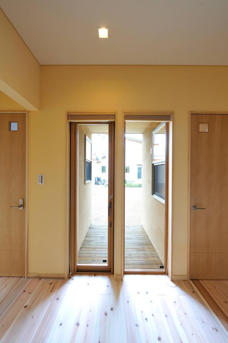 回遊性と高低差のある家 ~アクティブな住まい: 設計工房CRESSが手掛けた廊下 & 玄関です。