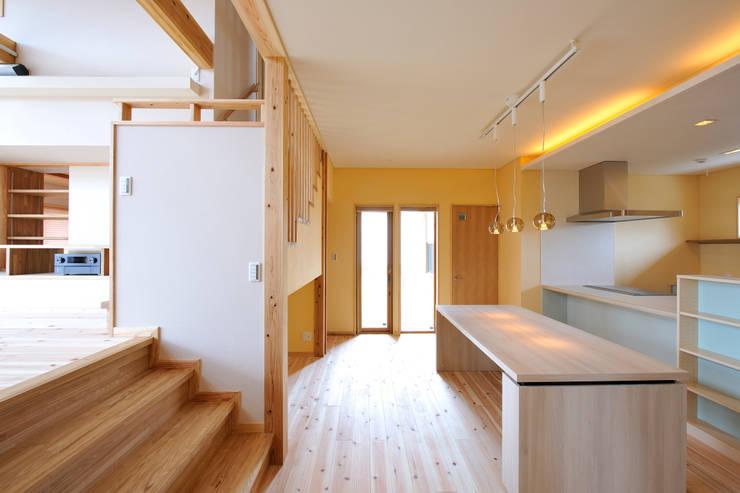 回遊性と高低差のある家 ~アクティブな住まい: 設計工房CRESSが手掛けたキッチンです。