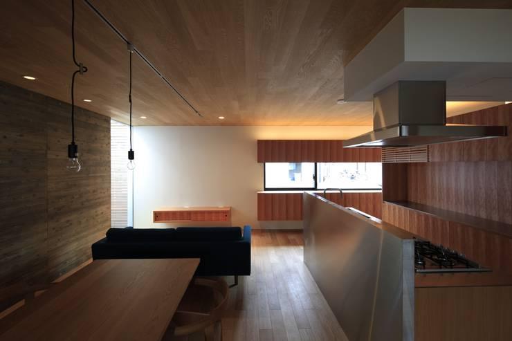 Living room by 有限会社Kaデザイン