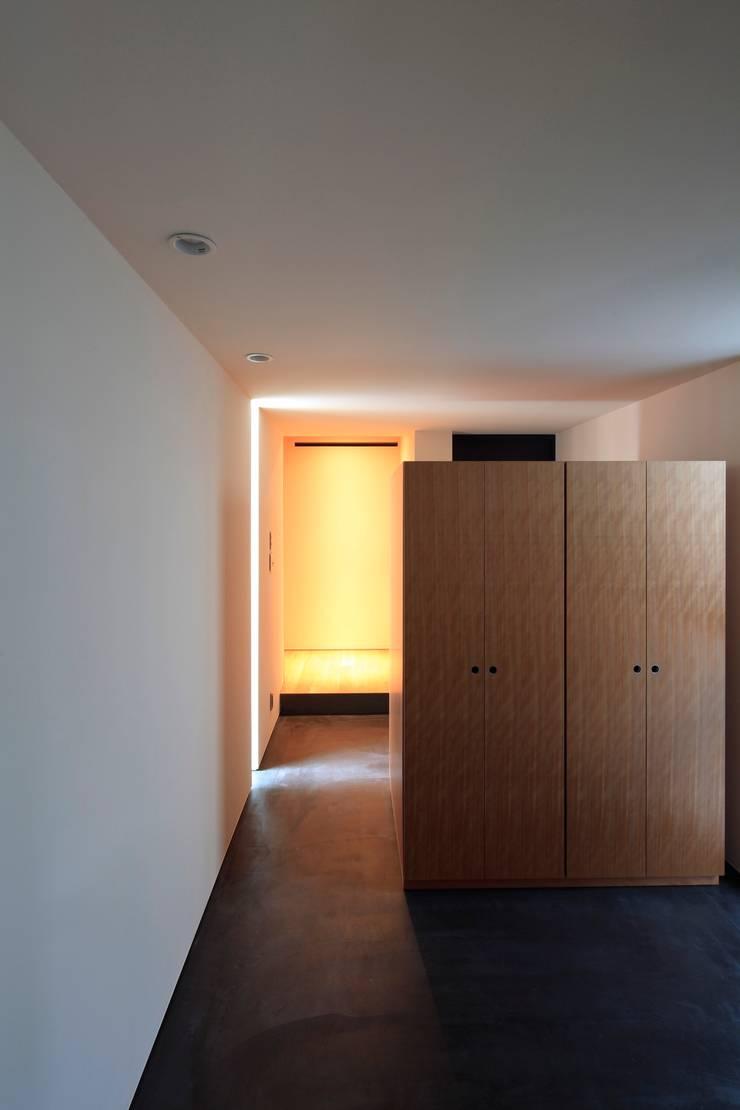 まぁるい引き手のある家 モダンスタイルの 玄関&廊下&階段 の 有限会社Kaデザイン モダン