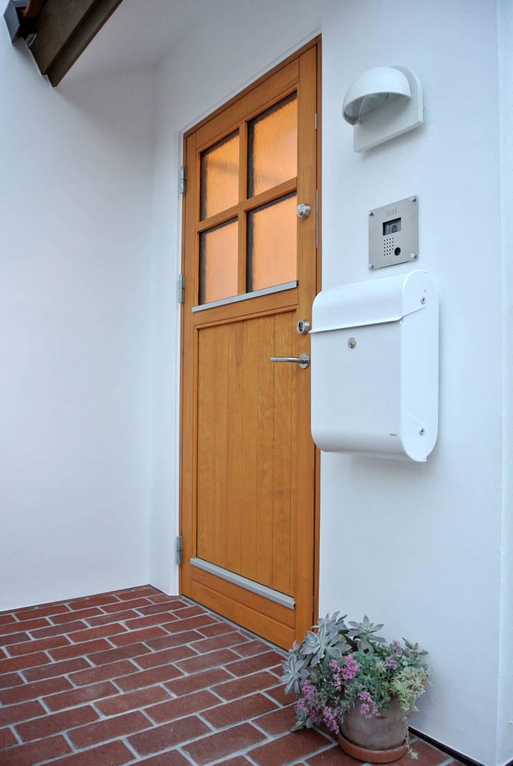 デンマークデザインが美しいエントランス: 株式会社 ヨゴホームズが手掛けた廊下 & 玄関です。,