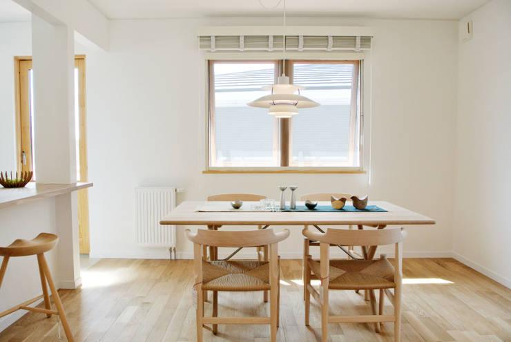 美しいデンマーク家具とライティング: 株式会社 ヨゴホームズが手掛けたリビングです。,