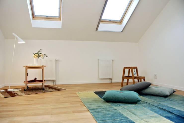 屋根なりの斜め天井が愉しいキッズルーム: 株式会社 ヨゴホームズが手掛けた子供部屋です。,