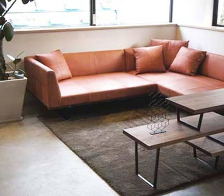 FLATソファ ワンアーム+カウチ FKU1301: 株式会社 杉山製作所が手掛けたリビングルームです。