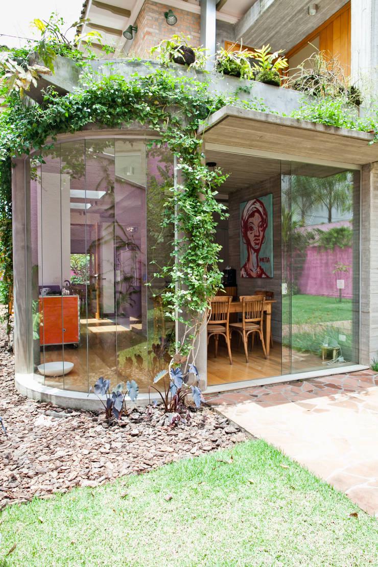 Casa Nando Reis: Jardins de inverno  por Estúdio Paulo Alves