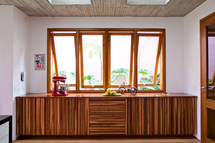 Cocinas de estilo moderno por Estúdio Paulo Alves