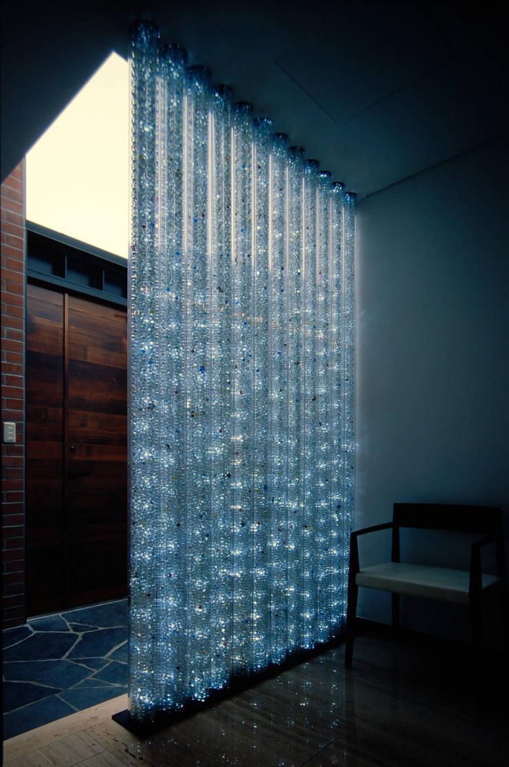 壁に住む家: 合資会社d.n.a.が手掛けた浴室です。